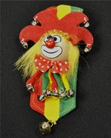 Brooch clown r/y/gr. +Banner